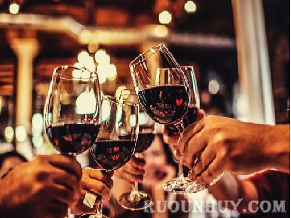 Cách chọn ly uống rượu vang đỏ