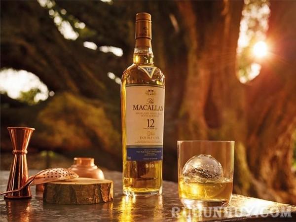 Kiểm tra nắp nút chai để phân biệt rượu Macallan thật giả