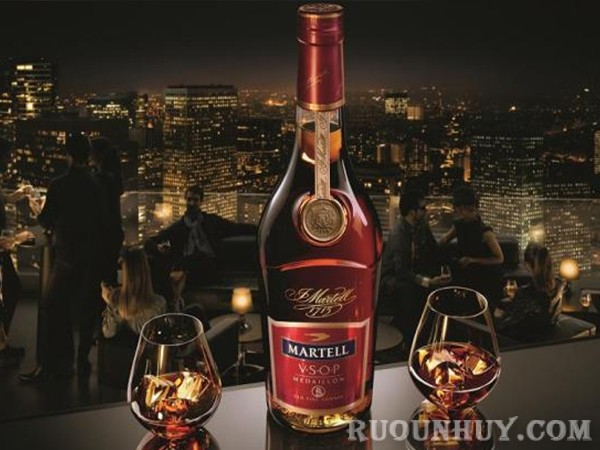 Dựa vào phản ứng với nước để phân biệt rượu Martell thật và giả